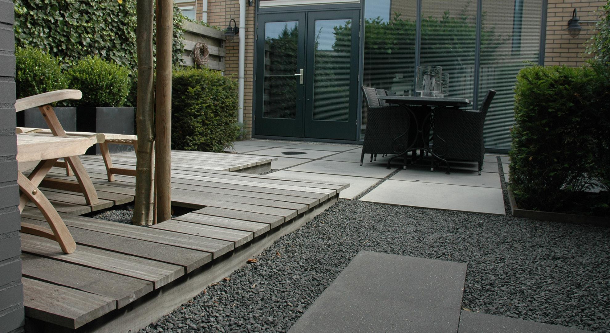 Kleine achtertuin met vlonder, split en Oud Hollandse tegels - Foto 2