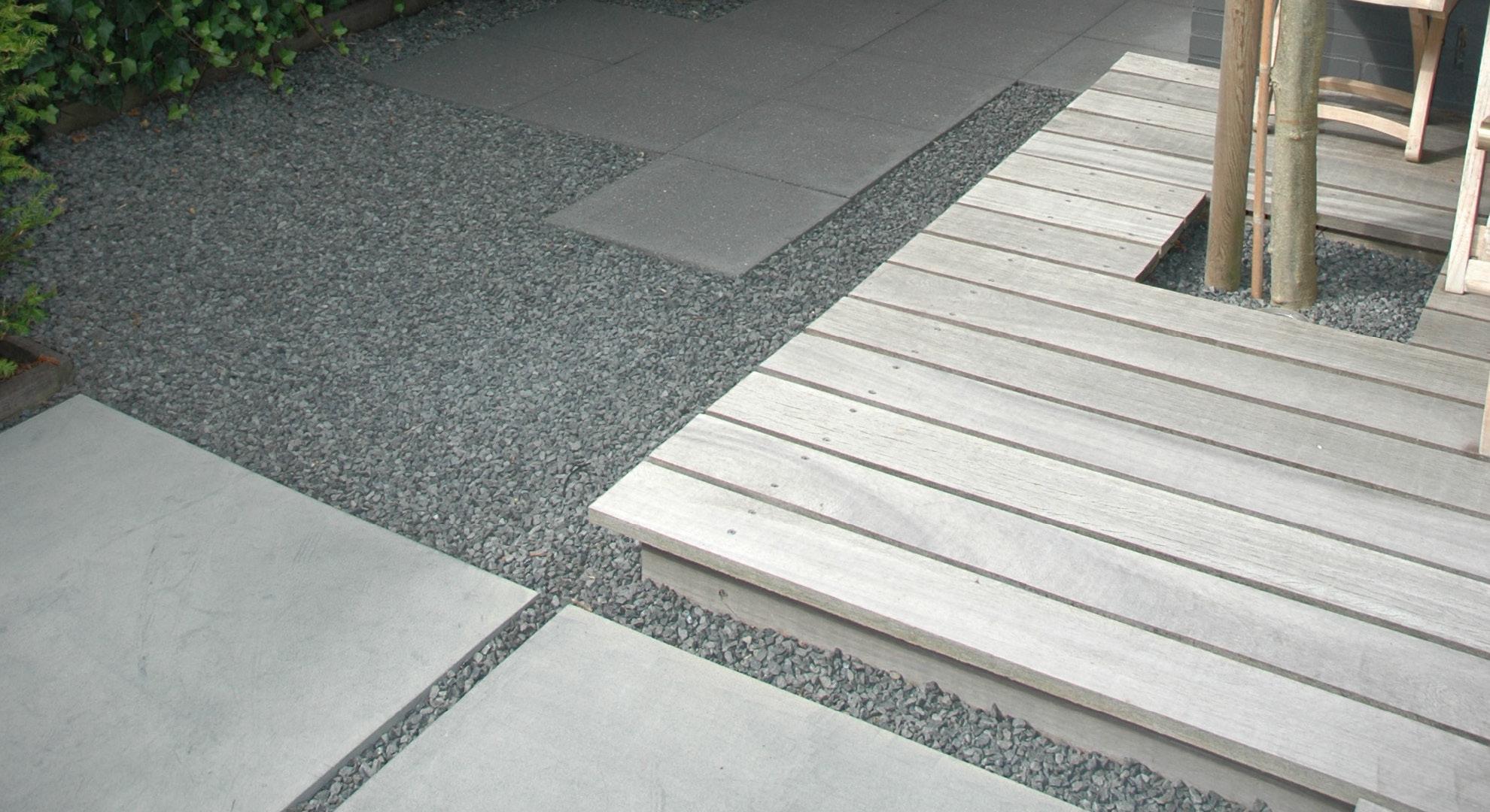 Kleine achtertuin met vlonder, split en Oud Hollandse tegels - Foto 4