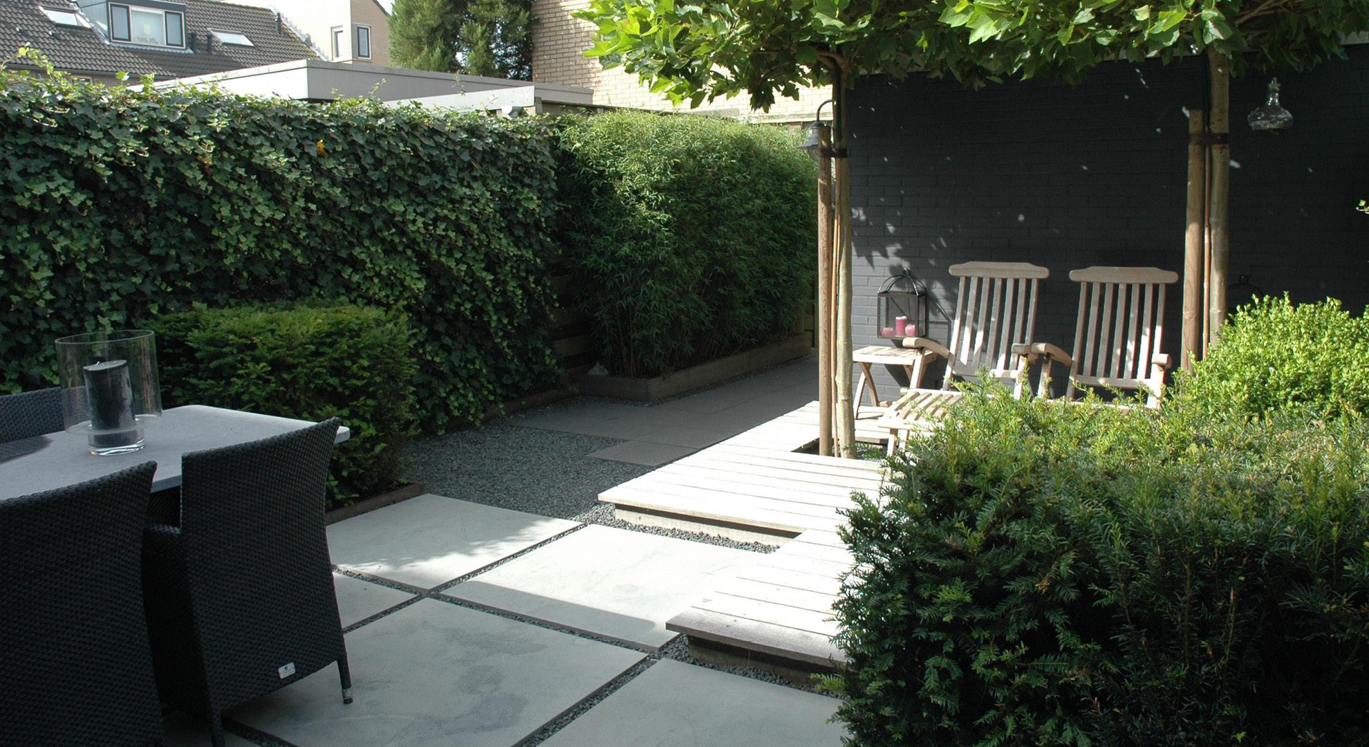 Kleine achtertuin met vlonder, split en Oud Hollandse tegels - Foto 3