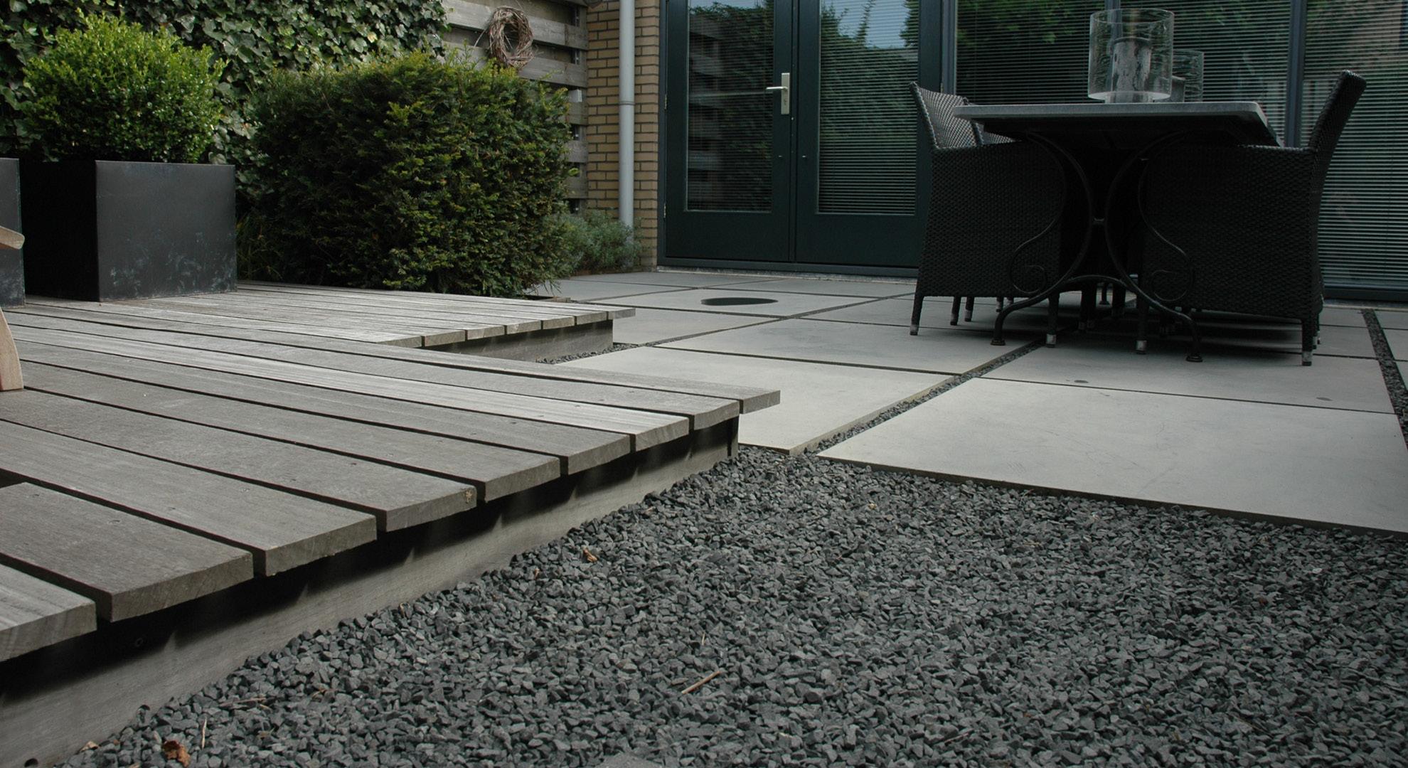 Kleine achtertuin met vlonder, split en Oud Hollandse tegels - Foto 5