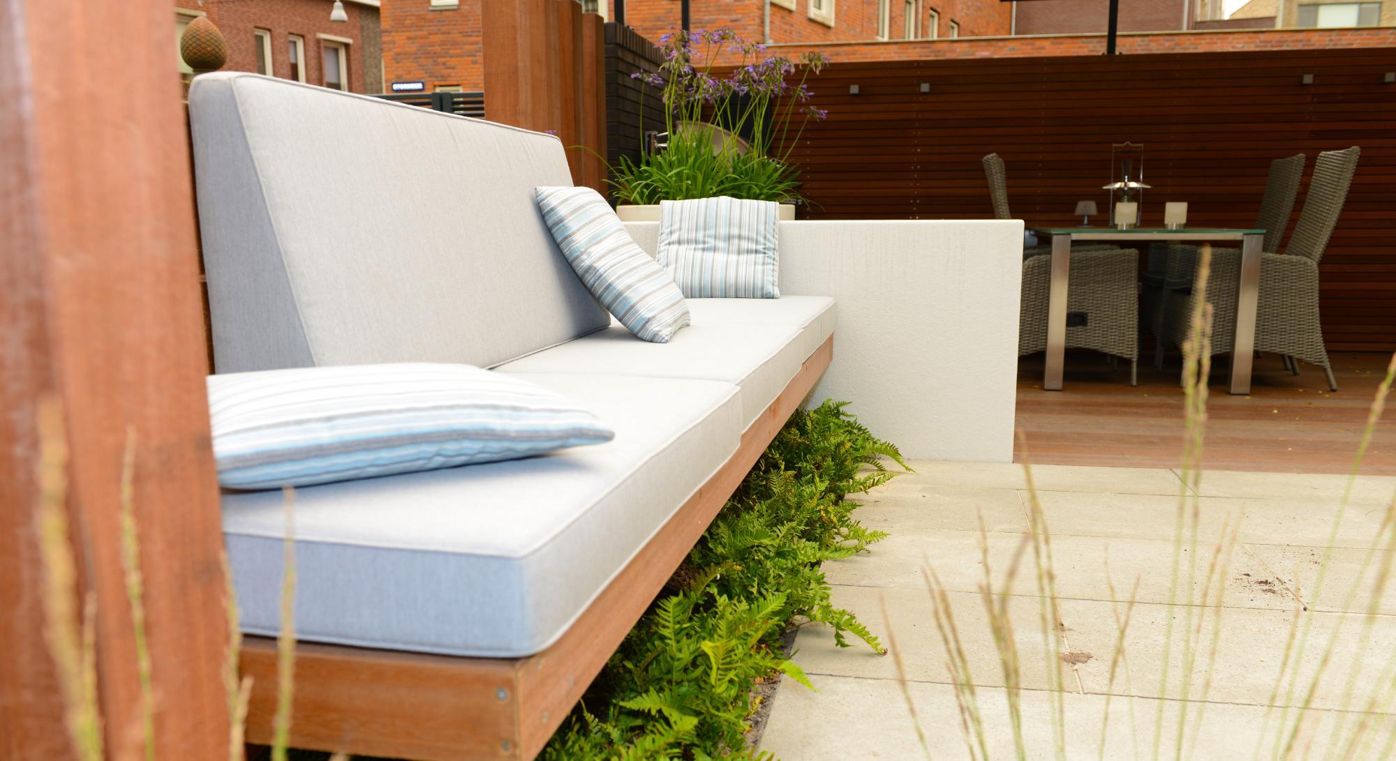Moderne onderhoudsvriendelijke tuin met buitenkeuken - Foto 3