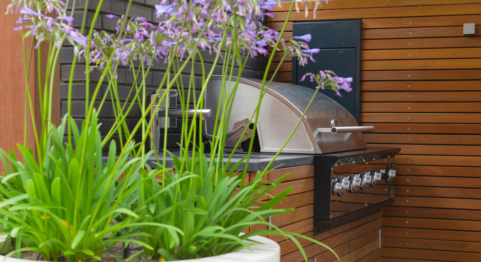 Moderne onderhoudsvriendelijke tuin met buitenkeuken - Foto 1
