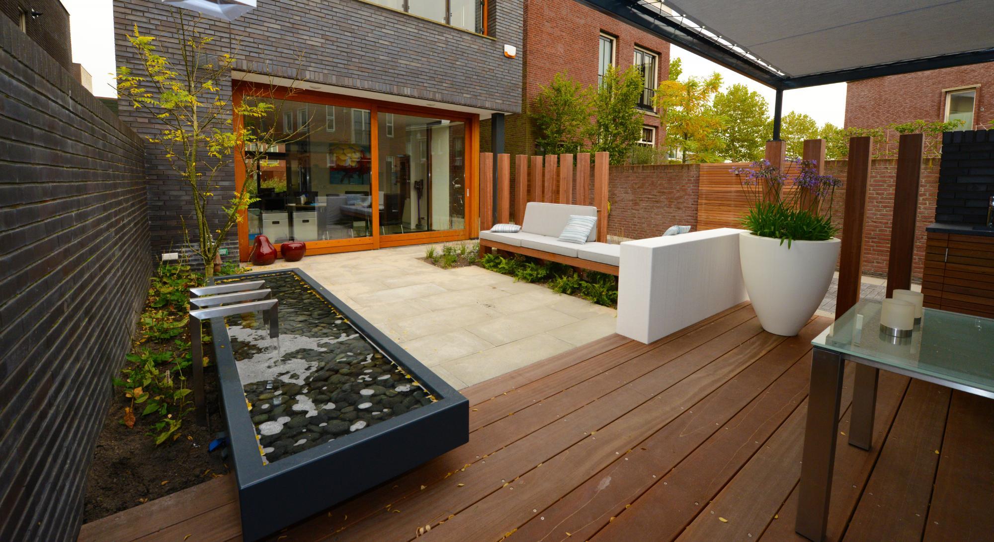 Moderne onderhoudsvriendelijke tuin met buitenkeuken - Foto 2