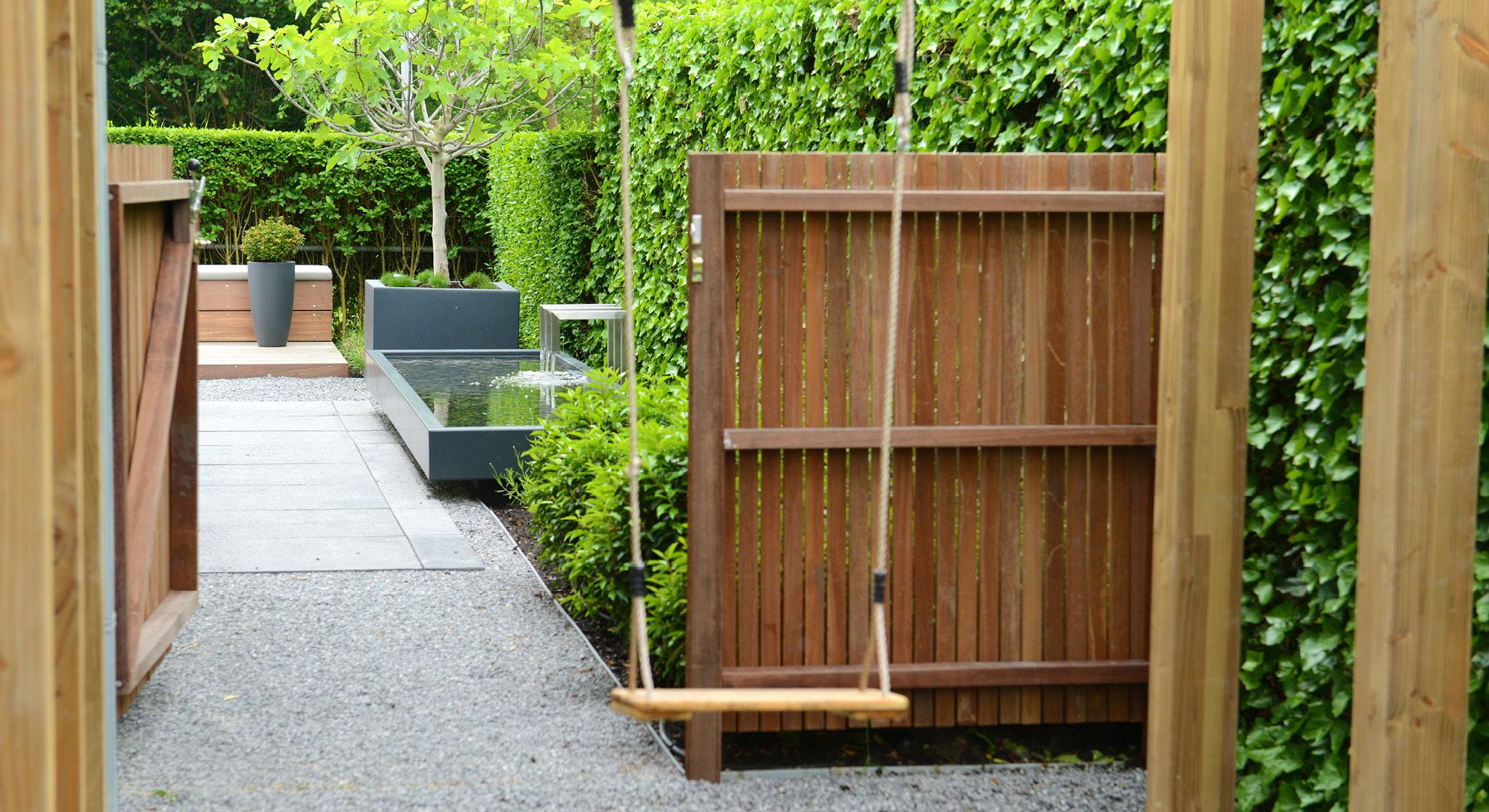 Moderne tuin met spiegelvijver en buitenhaard - Foto 5