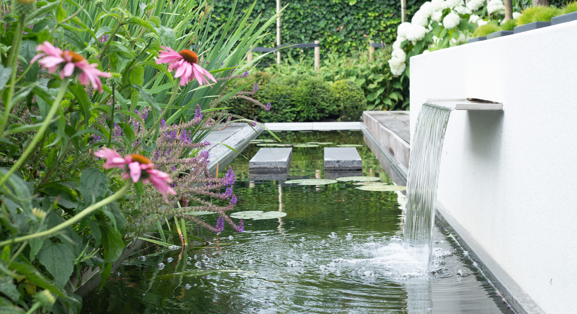 Moderne tuin met spiegelvijver en buitenhaard - Foto 8