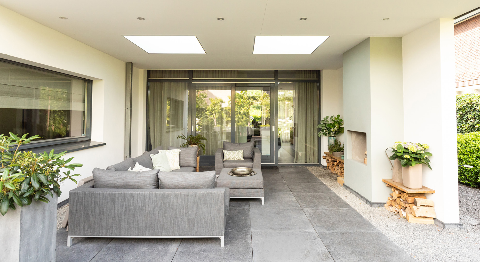 Moderne tuin met spiegelvijver en buitenhaard - Foto 3