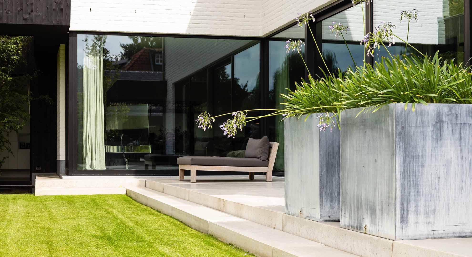 Moderne tuin met zwembad en bijzonder terras - Foto 11