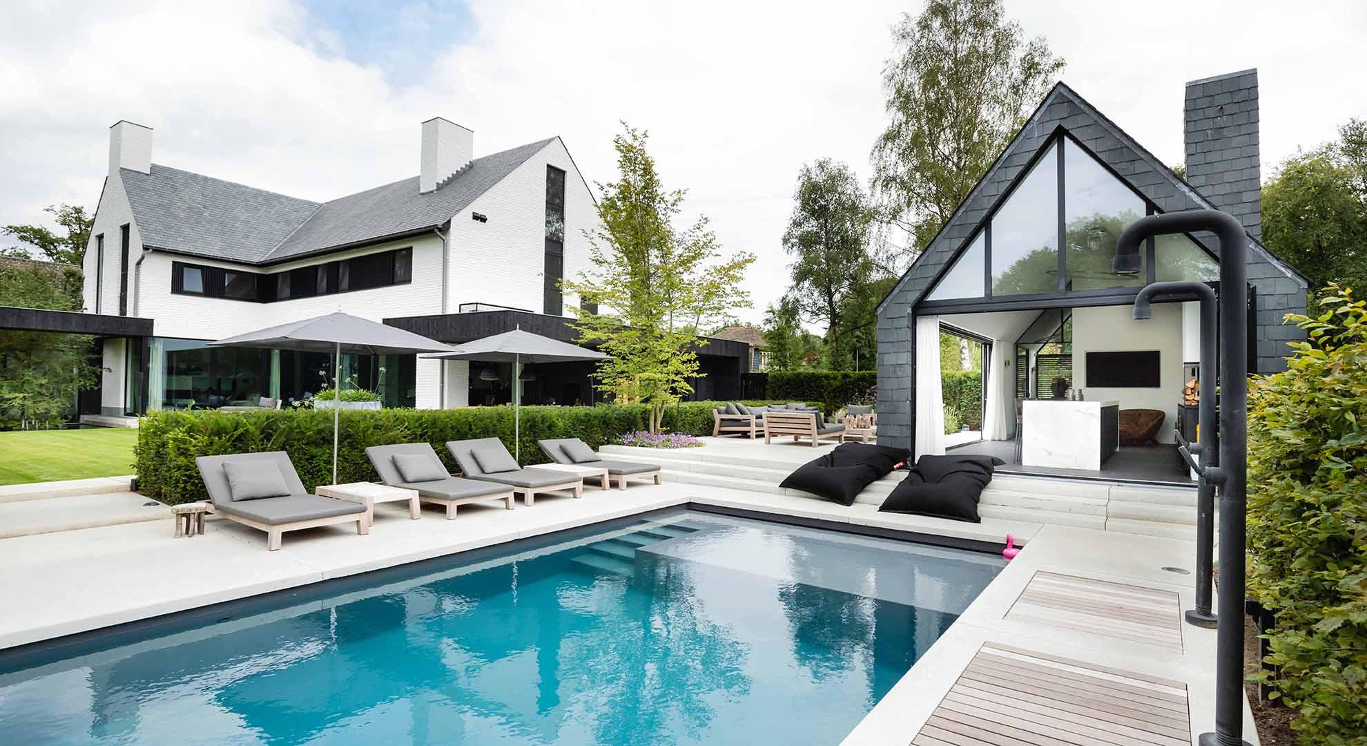 Moderne tuin met zwembad en bijzonder terras - Foto 1