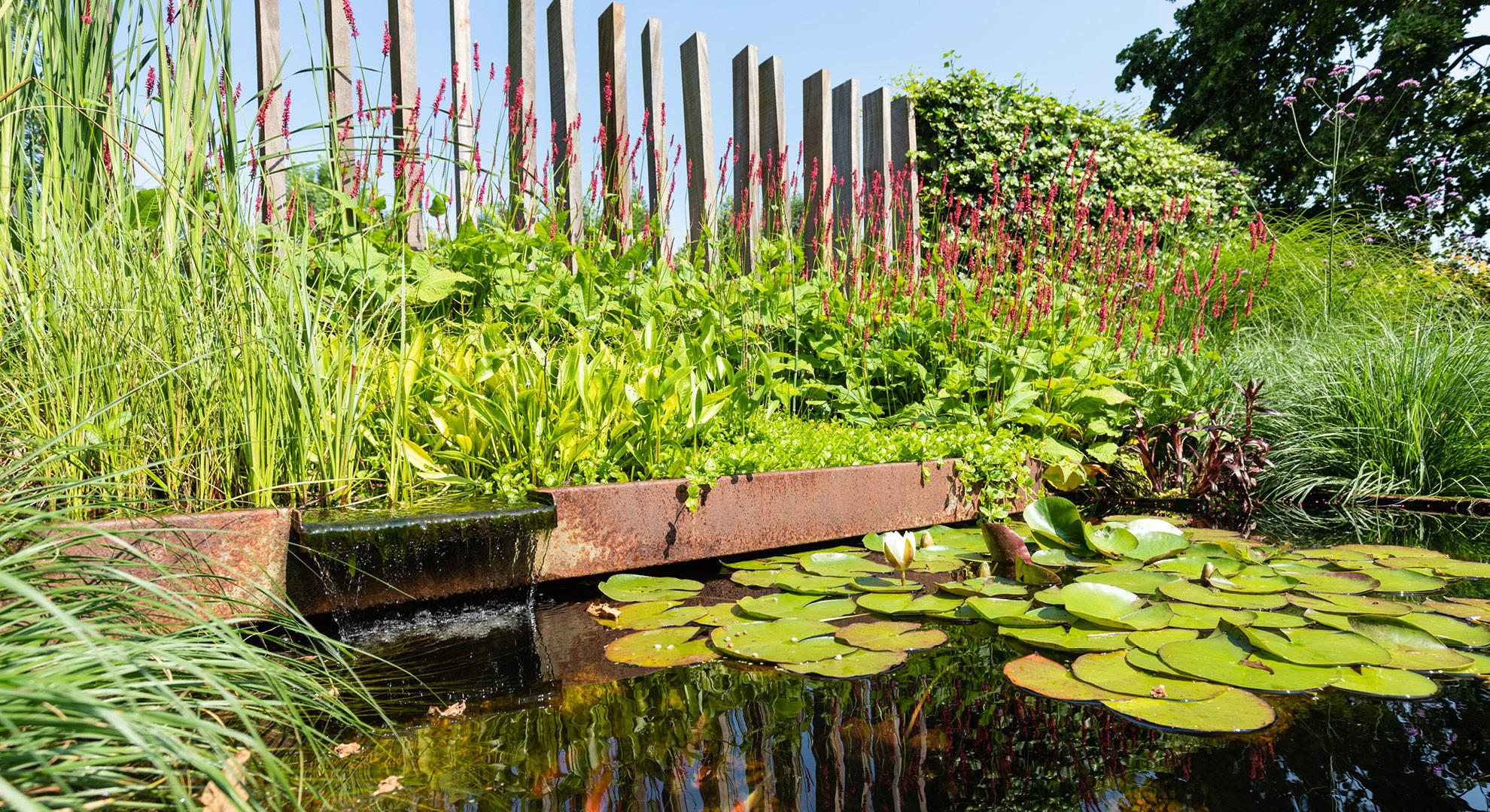 Natuurlijke tuin bij een statige woning aan het water - Foto 3