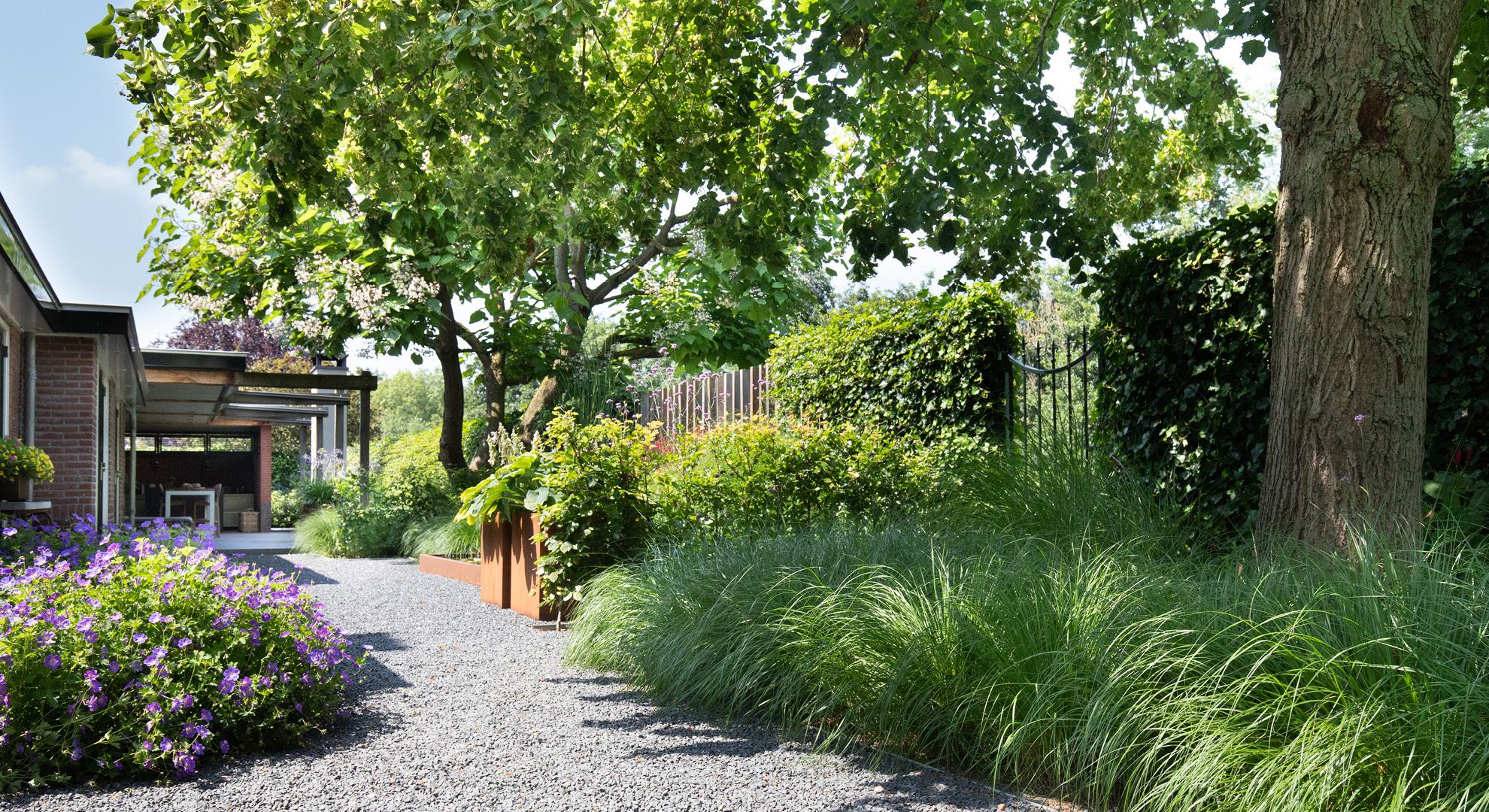 Natuurlijke tuin bij een statige woning aan het water - Foto 2