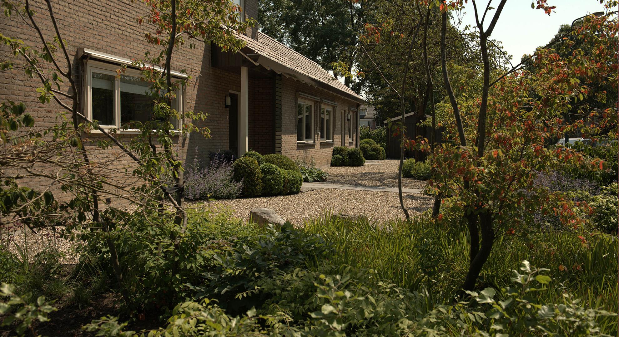 Natuurlijke tuin rondom een hoekwoning rodenburg tuinen for Tuinontwerp natuurlijke tuin