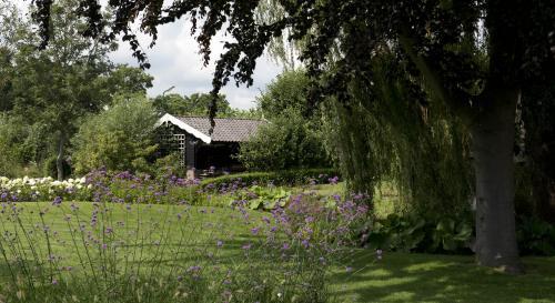Landelijke tuin bij modern landhuis