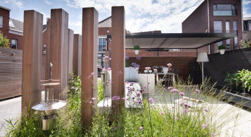 Moderne onderhoudsvriendelijke tuin met buitenkeuken