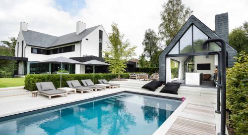 Moderne tuin met zwembad en bijzonder terras