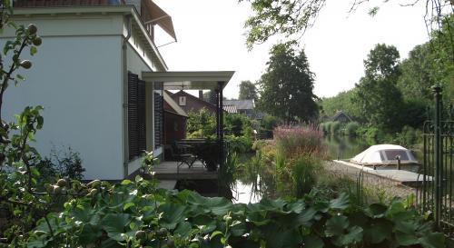 Natuurlijke tuin met aansluiting op de Oude Rijn