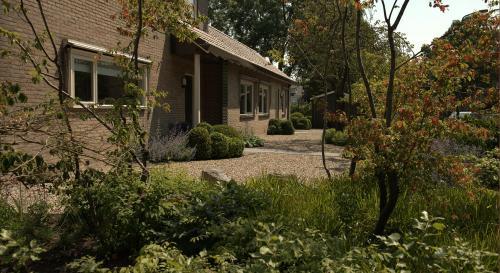 Natuurlijke tuin rondom een hoekwoning