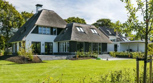 Strakke tuin bij modern landhuis